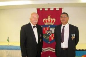 El recién fallecido príncipe Philippe con el representante mapuche Mariqueo